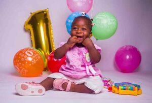 Kind am ersten Geburtstag