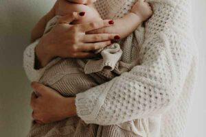 Mama hält Baby in den Armen